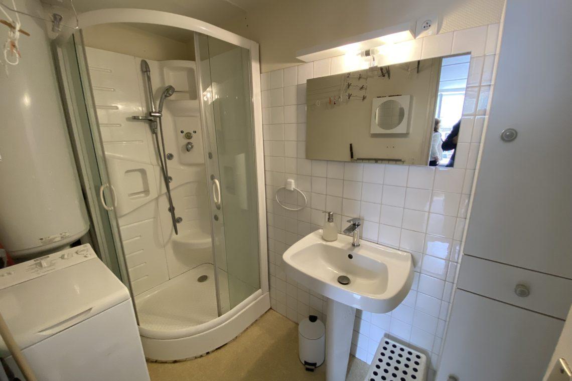 salle d'eau de la réf 493 appartement + local commercial à vendre à Locmariaquer